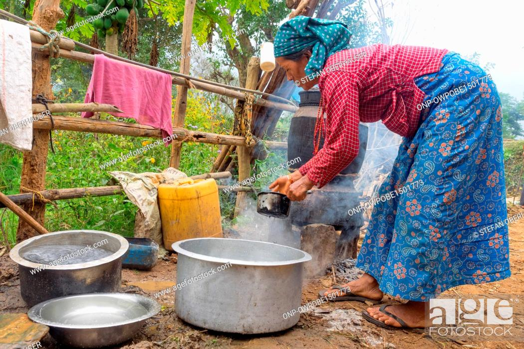 Imagen: Nepal, Central Region, Darechok, Annapurna Circuit - Journey Pokhara, Jhobang to Kathmandu - While distilling alcohol, brew from Chang in Nepal.