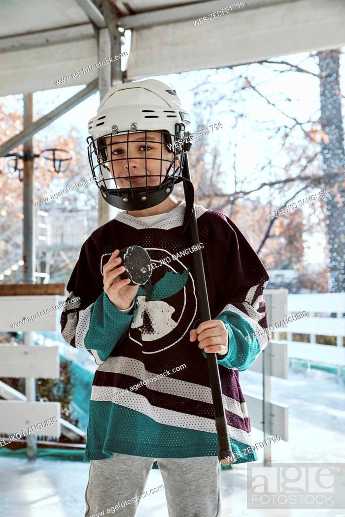 Imagen: Portrait of a boy in ice hockey gear.