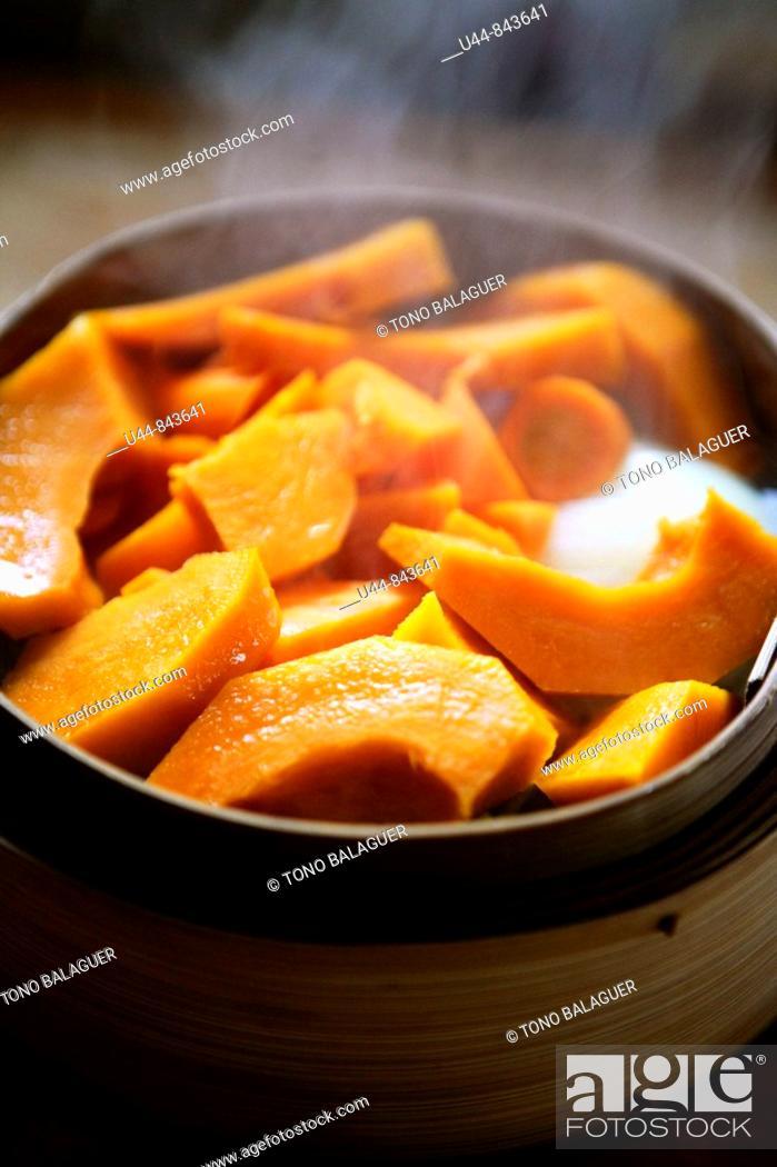 Photo de stock: Cooking pumpkin in a steam wooden oriental casserole.