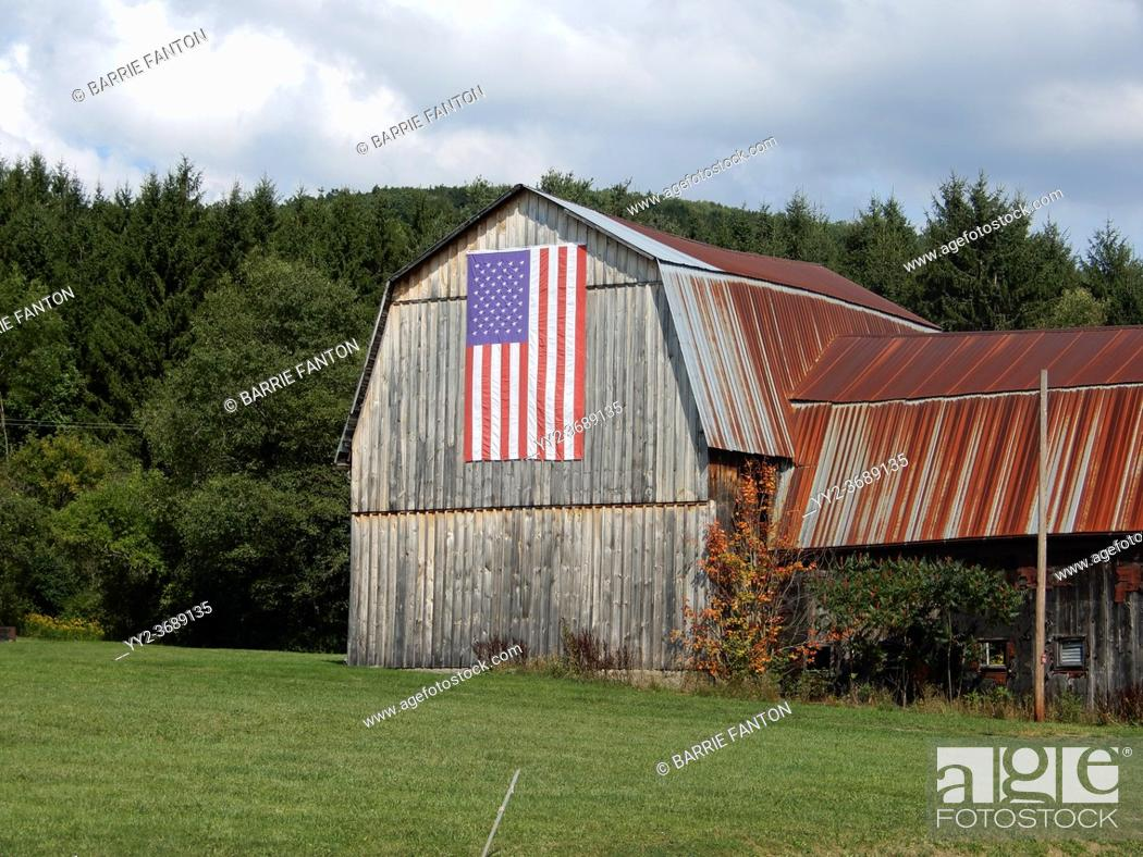 Imagen: Barn Displaying American Flag, Andover, New York, USA.