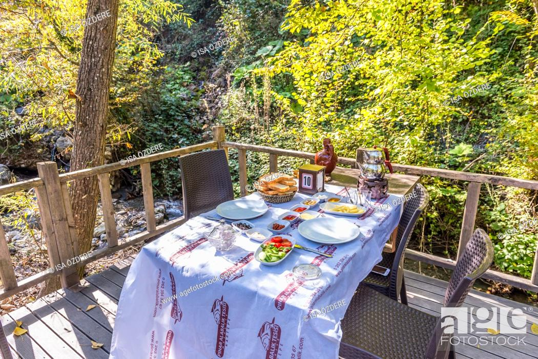 Imagen: Turkish traditional breakfast table in Masukiye,a popular destination for eating such as breakfast and lunch. Kocaeli. Turkey. 22 October,2017.