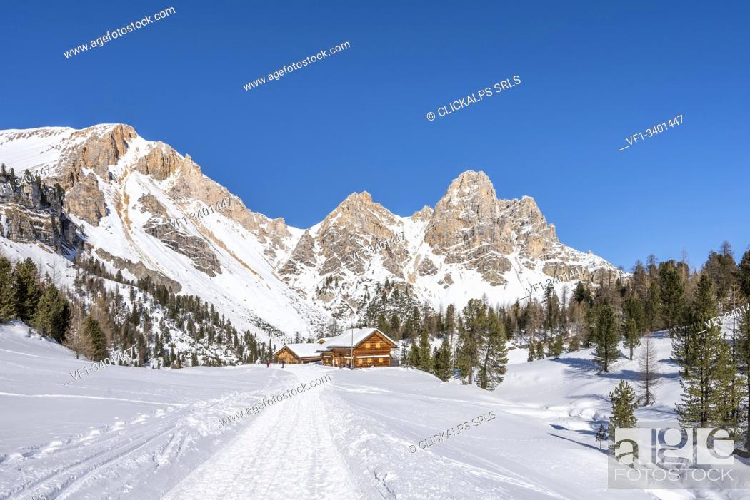 Imagen: San Vigilio di Marebbe, Fanes, Dolomites, South Tyrol, Italy, Europe. Alpine hut on Fanes with the peak of Furcia dai Fers.