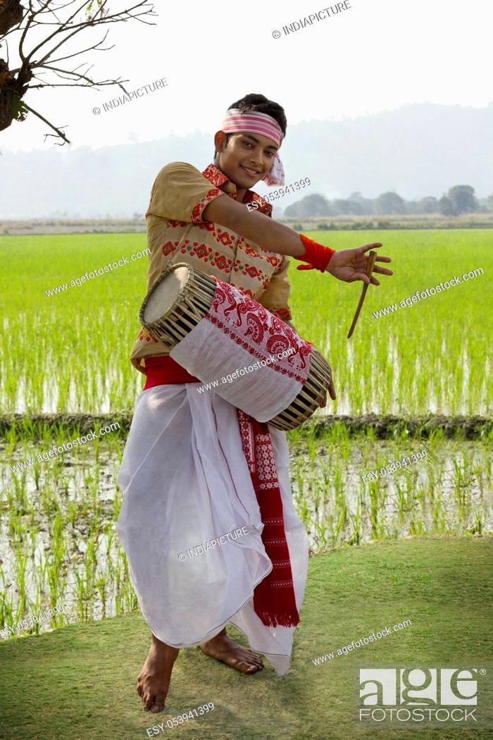 Imagen: Bihu man playing on a dhol.