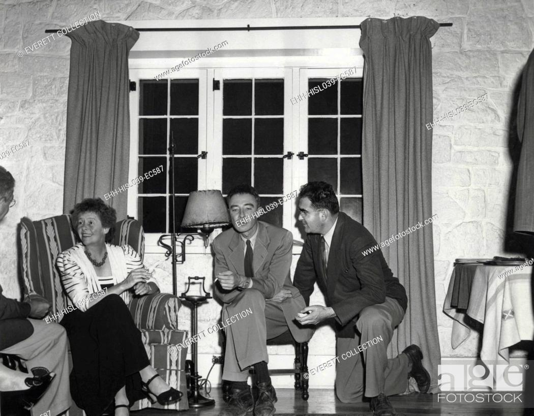 Imagen: Dorothy McKibbin, physicists Robert Oppenheimer, and Victor Weisskoph at Los Alamos. Ca. 1943-5. McKibbin was the 'Gate Keeper' clearing all incoming people and.