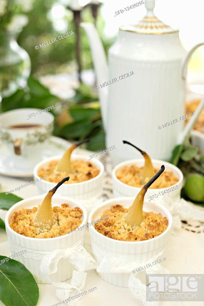 Photo de stock: Crumble cake with pears.