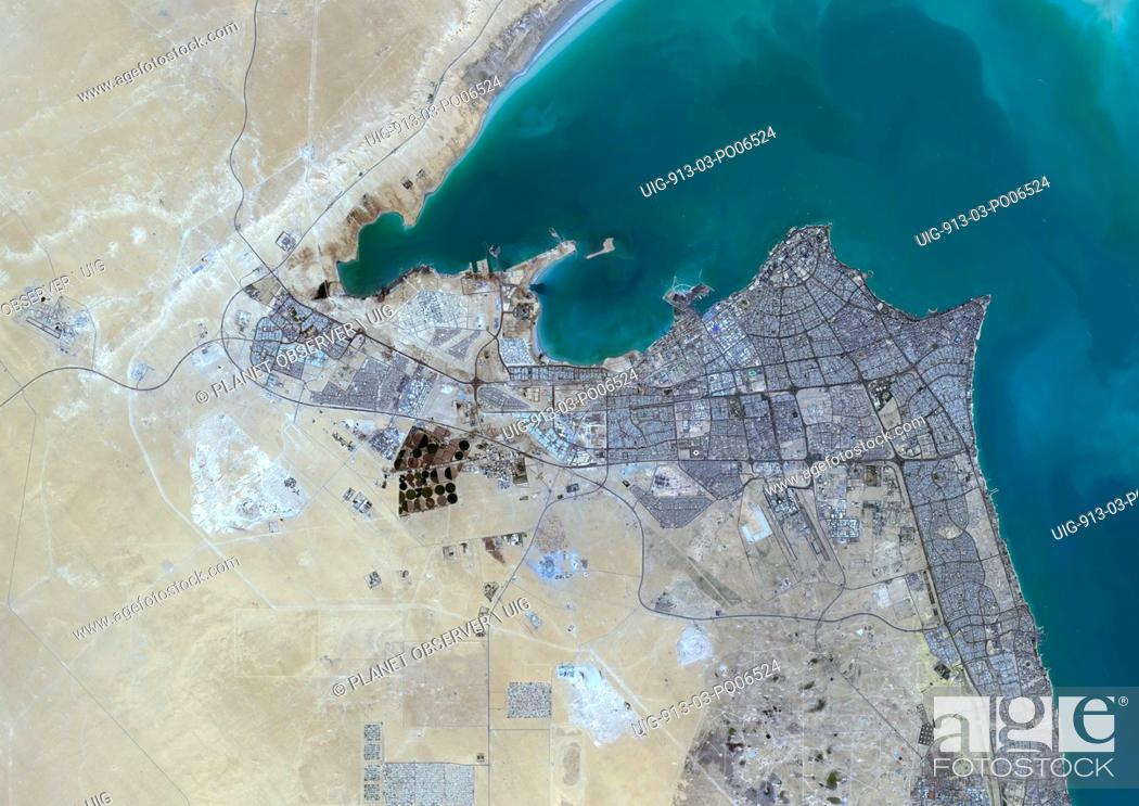 Imagen: Colour satellite image of Kuwait City, Kuwait. Image taken on October 16, 2013 with Landsat 8 data.