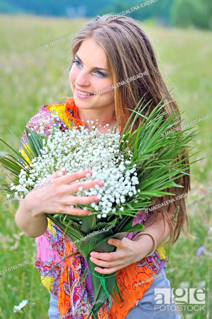 Imagen: young beautiful girl in the field.