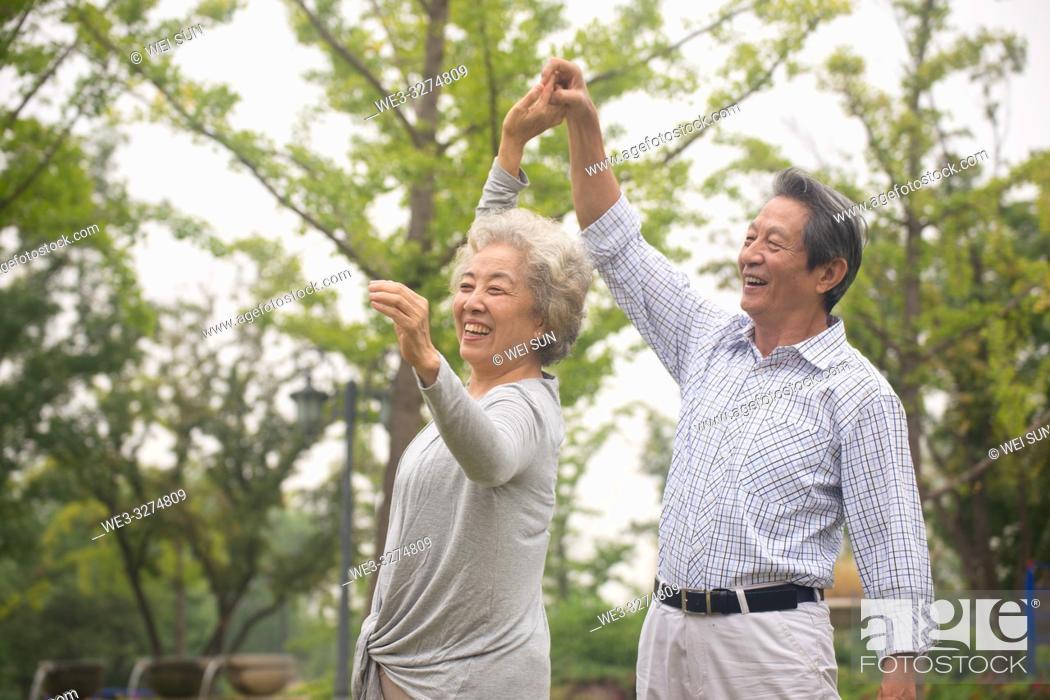 Imagen: Elderly couple outdoors.