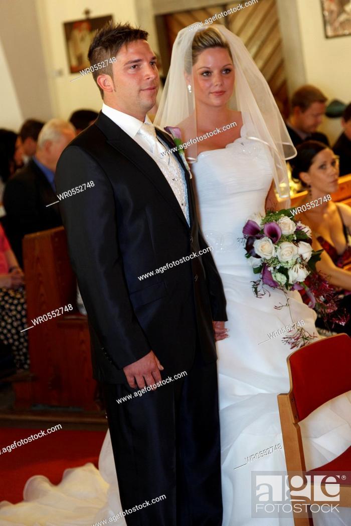 Imagen: bridal couple in church.