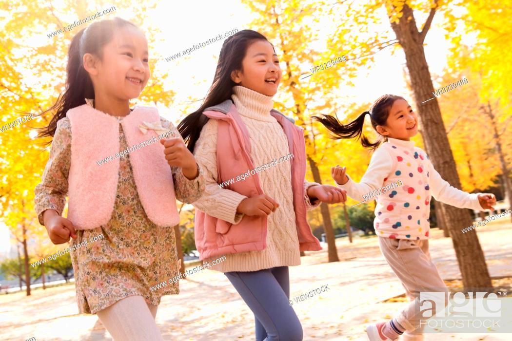 Imagen: Happy little girl playing outside.
