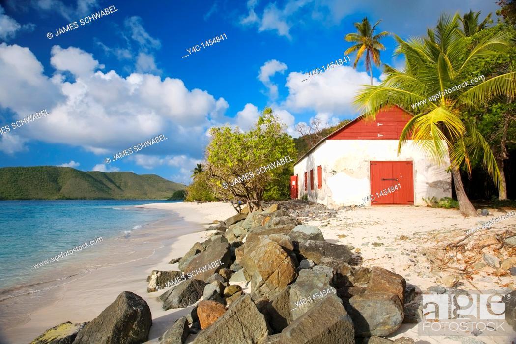 Imagen: Cinnamon Bay Beach in the Virgin Islands National Park on the Caribbean island of St  John in the US Virgin Islands.