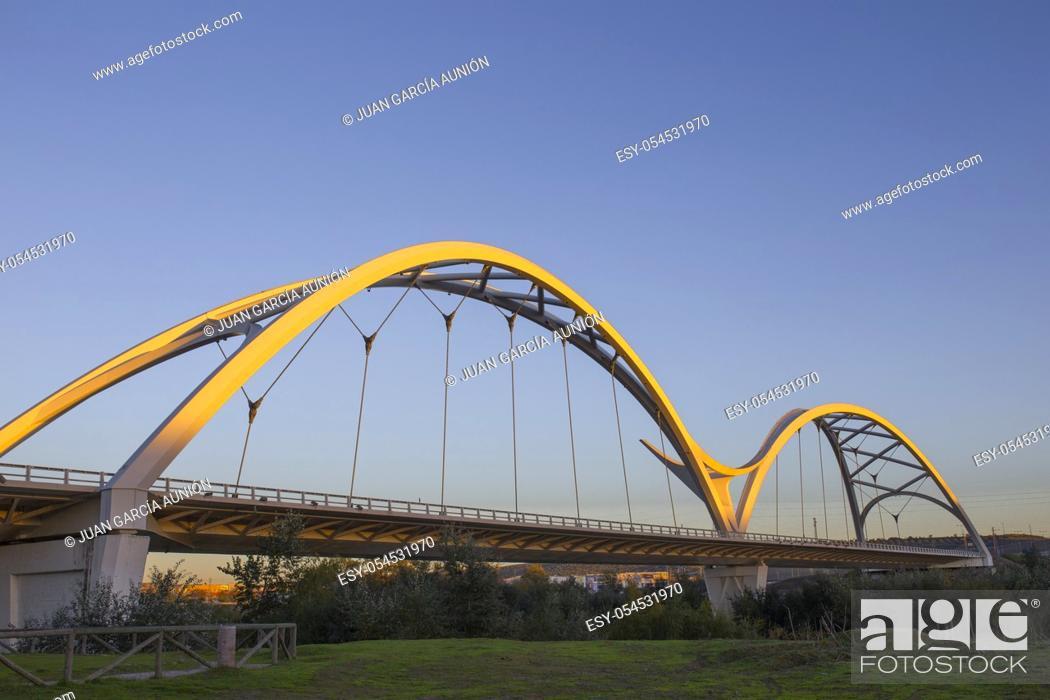 Imagen: Ibn Firnas Bridge, Cordoba, Spain. View from river Guadalquivir bank.