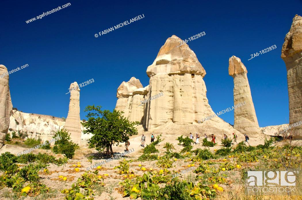 Imagen: Hikers in Love Valley, in Cappadocia, Central Anatolia, Turkey.