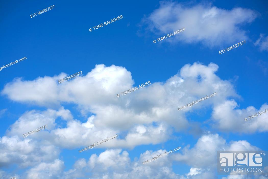 Imagen: Blue summer sky white cumulus clouds background.