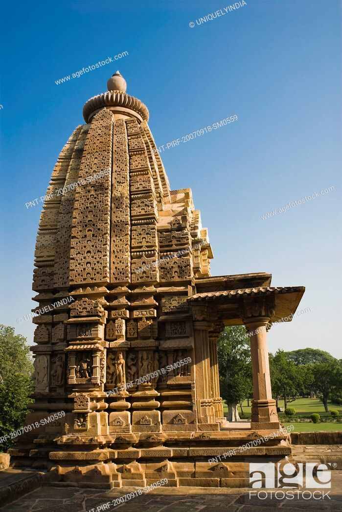 Imagen: Low angle view of a temple, Kandariya Mahadeva Temple, Khajuraho, Chhatarpur District, Madhya Pradesh, India.