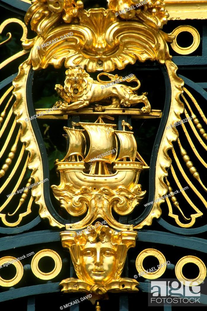 Stock Photo: England - London - St James's district - close-up on Buckingham Palace's gate.