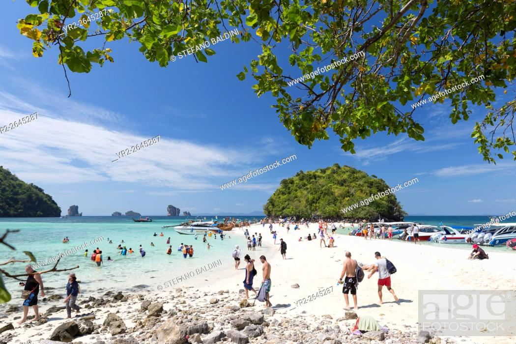 Imagen: Visitors on the white sand beach of Ko Tup island, Krabi province, Thailand.