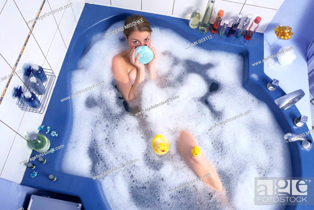 Imagen: A young woman, 20-25 25-30 years old, in the bathroom, having a foam bath, bathing.