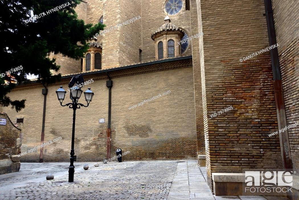 Imagen: Calle Diego Dormer and Calle del Cisne on a side of Catedral del Salvador de Zaragoza, historic center of Zaragoza, Saragossa, Aragon, Spain, Europe.
