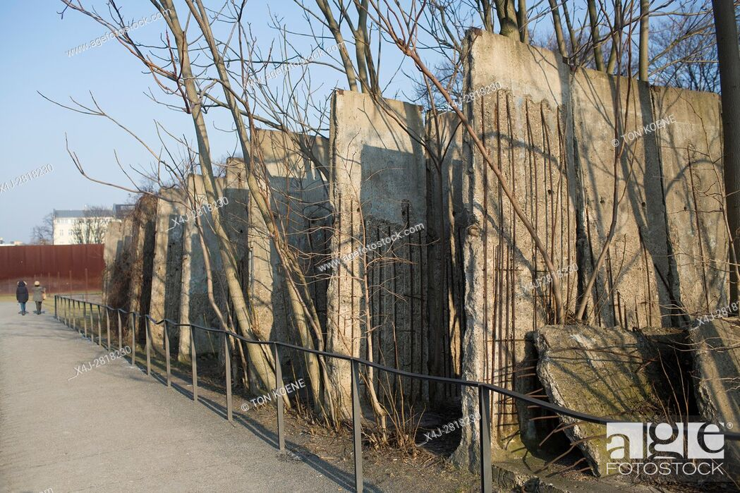 Photo de stock: remembrance & memorials of the wall in Berlin during the cold war.