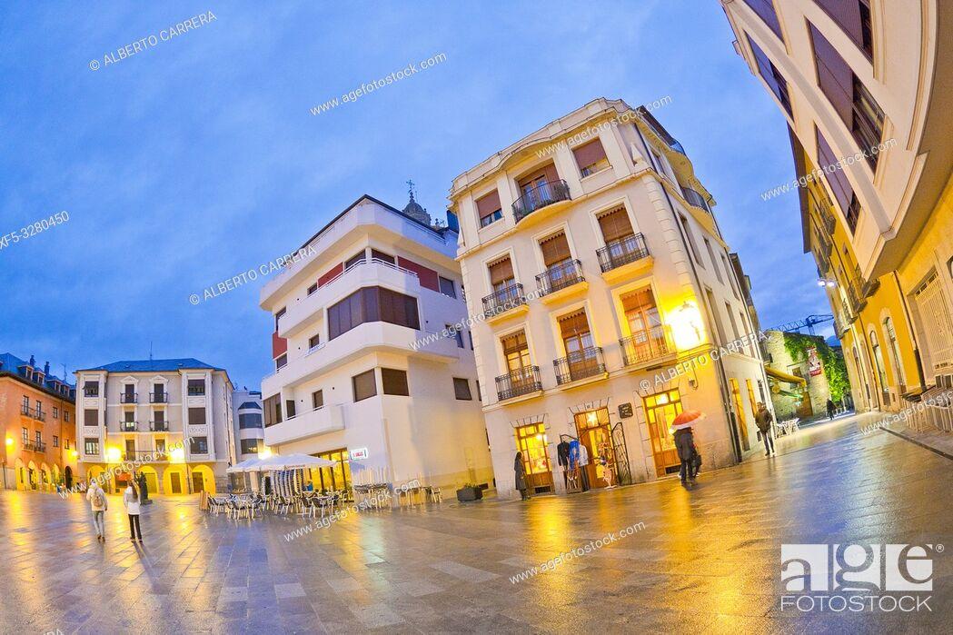 Imagen: Square of the Encina, Street Scene, Typical Architecture, Old Town, Ponferrada, El Bierzo Region, León Province, Castilla y León, Spain, Europe.