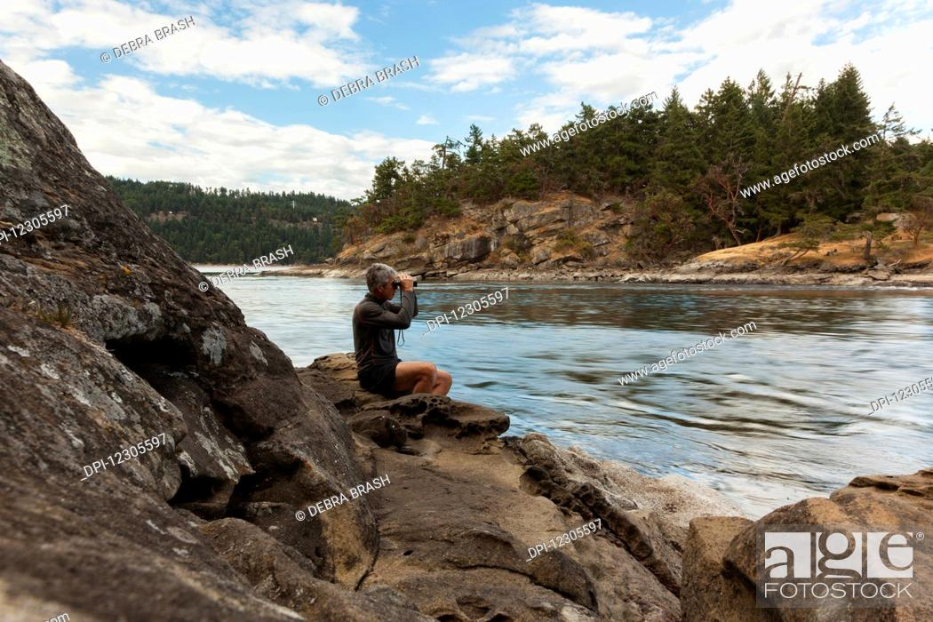 Imagen: A senior man watches the tides at Dodds Narrows on Vancouver Island; British Columbia, Canada.
