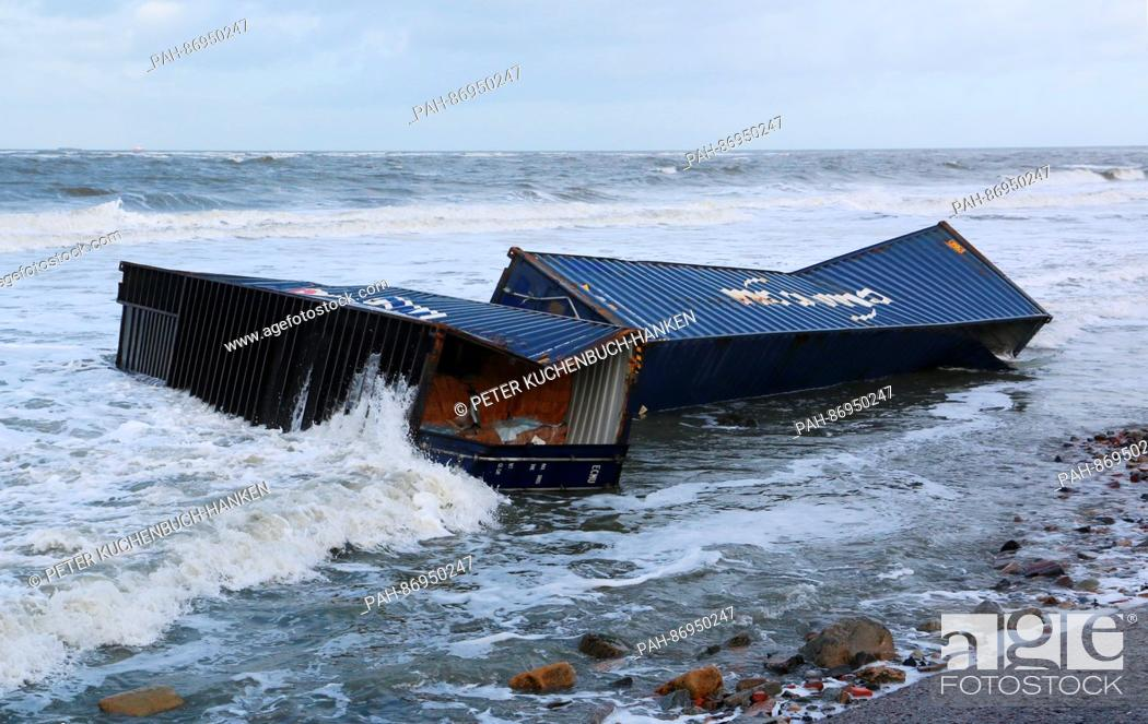 Imagen: Two ship containers loaded with wood lie on a beach on the island of Wangerooge, Germany, 02 January 2017. A total of eleven containers washed up on beaches in.