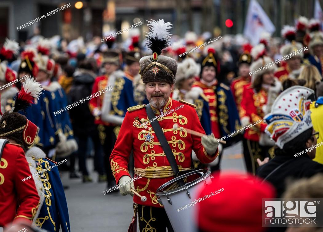 Stock Photo: 01 January 2019, Rhineland-Palatinate, Mainz: A guardsman drums in the New Year. With the New Year's procession through the cathedral city, around 1.