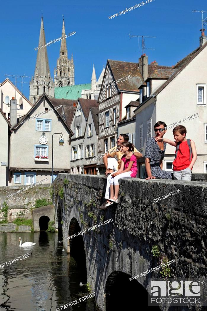 Imagen: FAMILY ON THE PONT BOUJU BRIDGE OVER THE EURE RIVER WITH THE CATHEDRAL IN THE BACKGROUND, OLD TOWN OF CHARTRES, EURE-ET-LOIR 28, FRANCE.