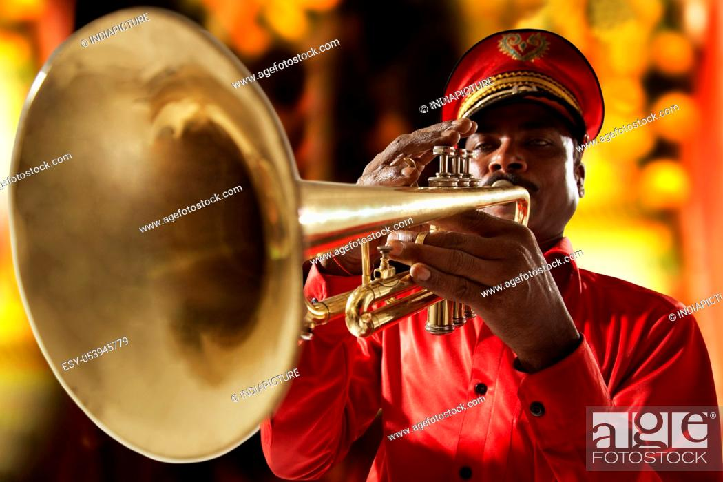 Imagen: Bandmaster playing on a trumpet.