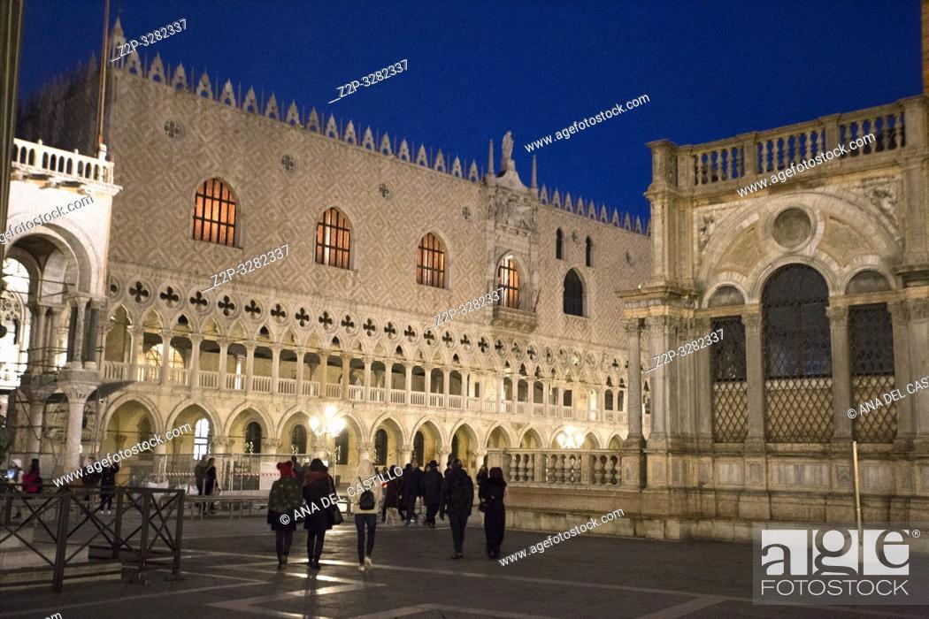 Imagen: Venice Veneto Italy on January 19, 2019: Twilight at Saint Marks square.