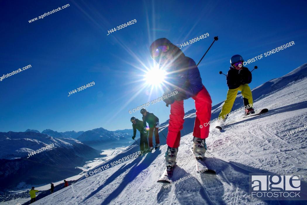 Stock Photo: Familie beim Skifahren im Skigebiet von Zuoz GR.