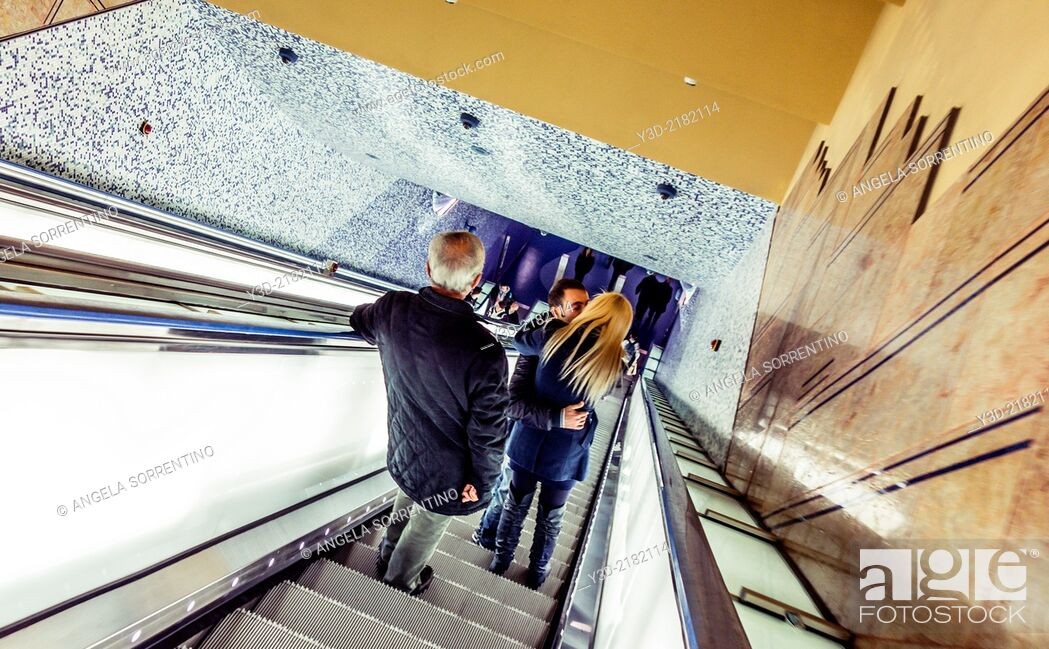 Imagen: Lovers in Naples metro station, Campania, Italy.