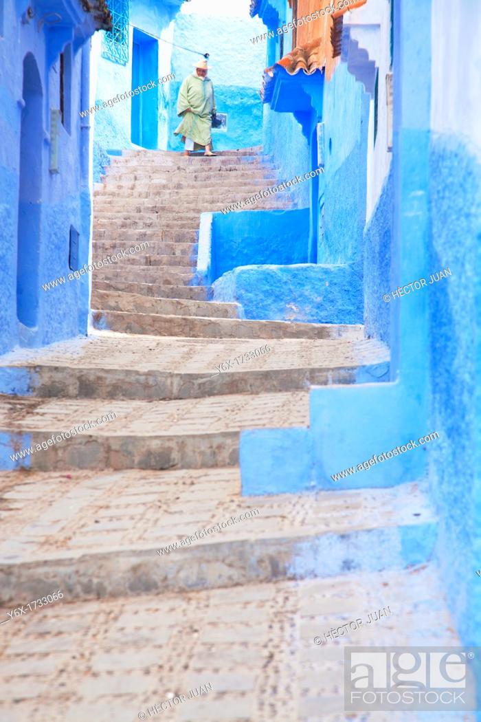 Imagen: Woman down the stairs in Chaouen.
