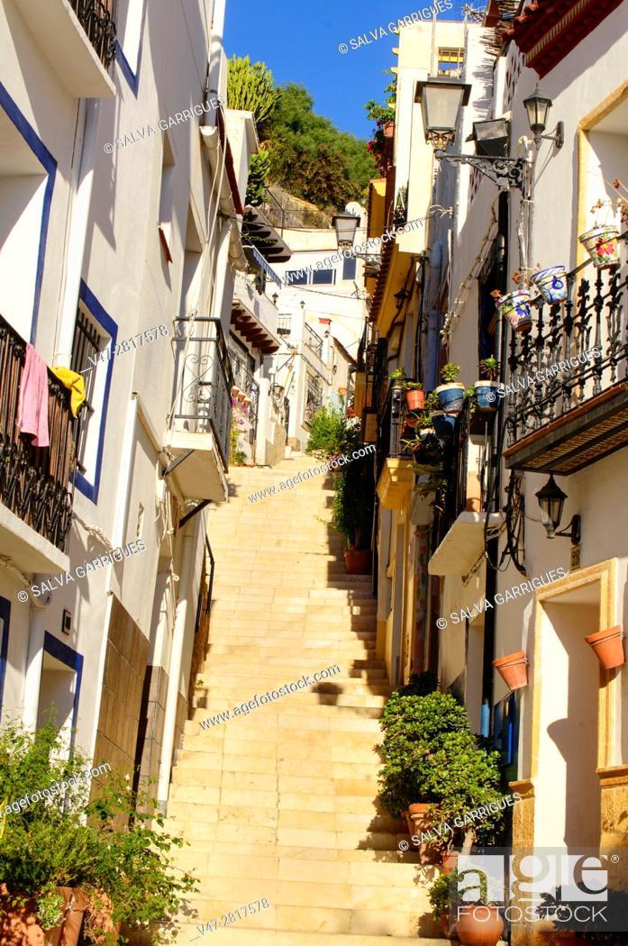Imagen: Typical street of the Santa Cruz neighborhood in Alicante, Valencia, Spain.