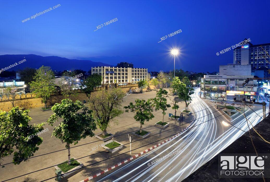 Imagen: Views of Pratu Tha Phae Gate and square at night, Chiang Mai, Thailand.
