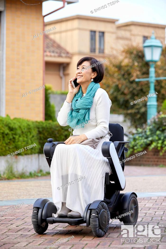 Imagen: Japanese senior woman on electric wheelchair.