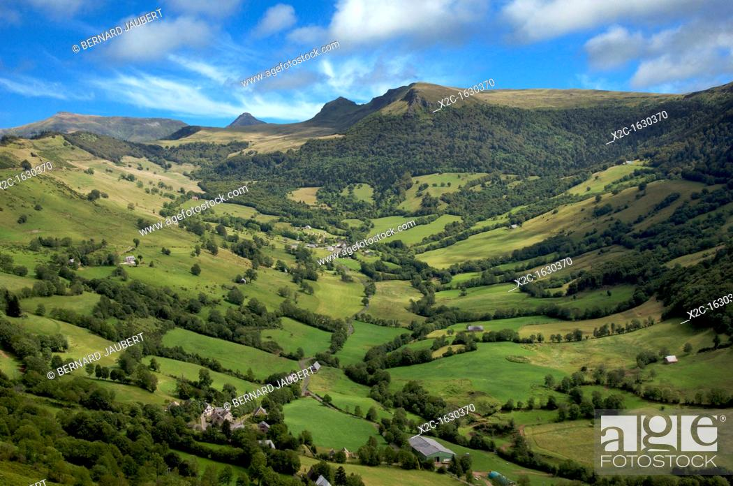 Imagen: Valley at the foot Puy Mary in Cnatal  Auvergne  France.
