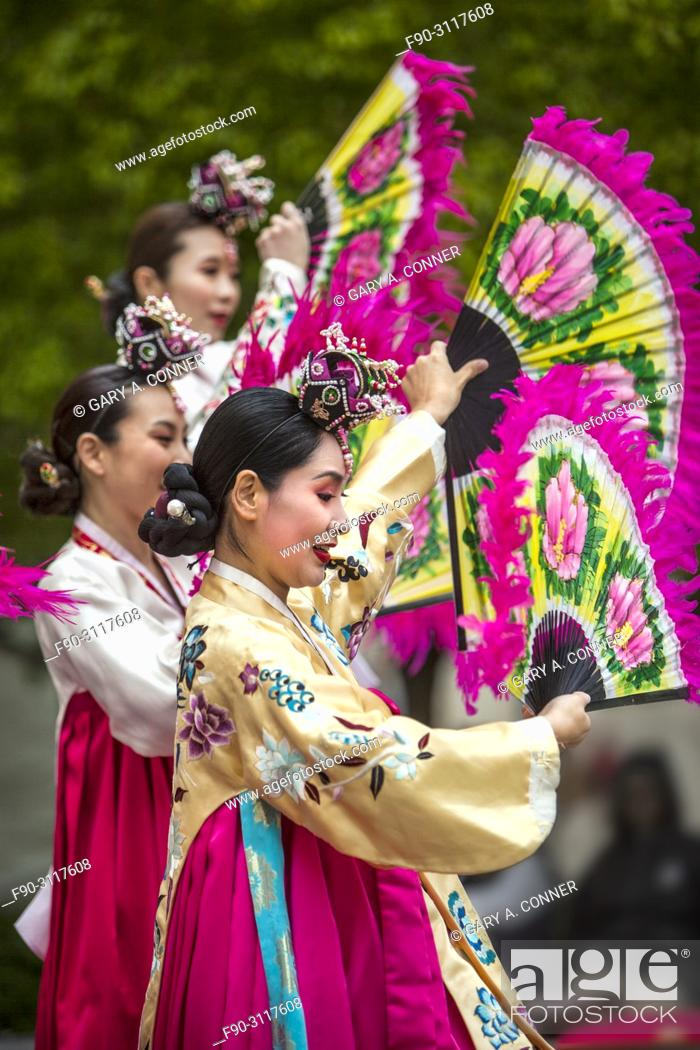 Imagen: Traditional folk dancers with fans at Korean Festival, Getty Center, Los Angeles CA.