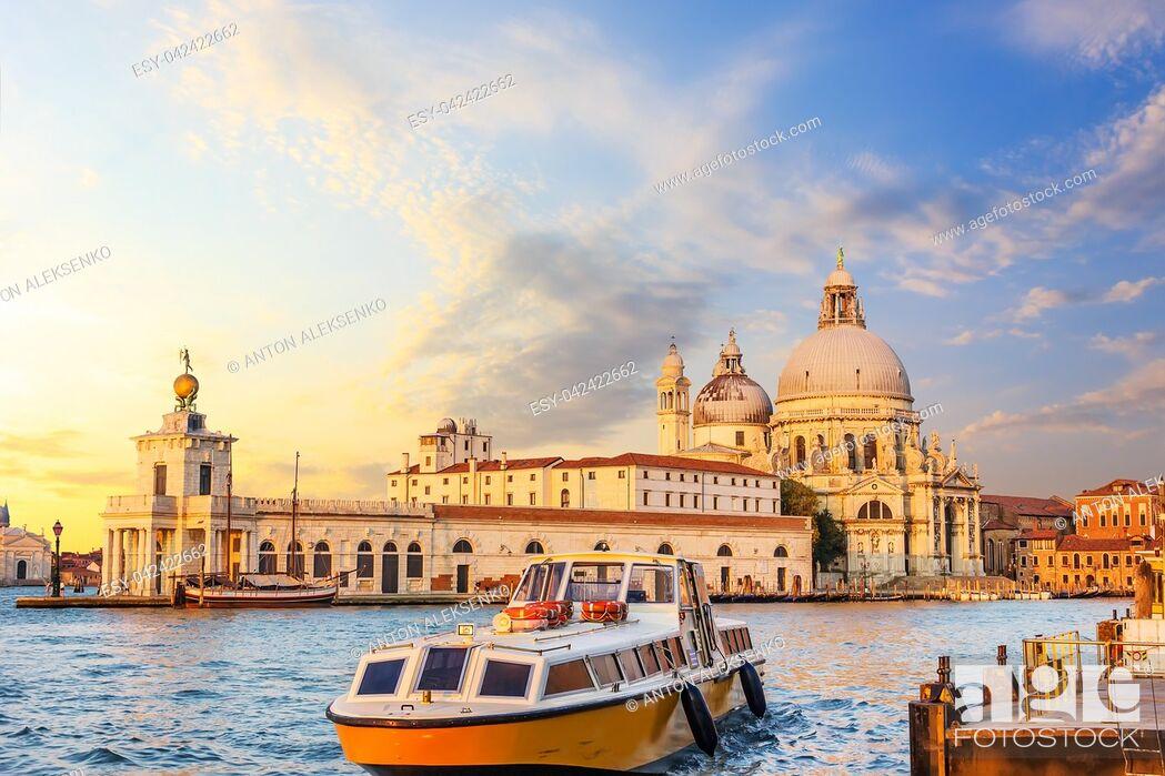 Imagen: Church of Santa Maria della Salute and the boat near the pier in Venice, Italy.