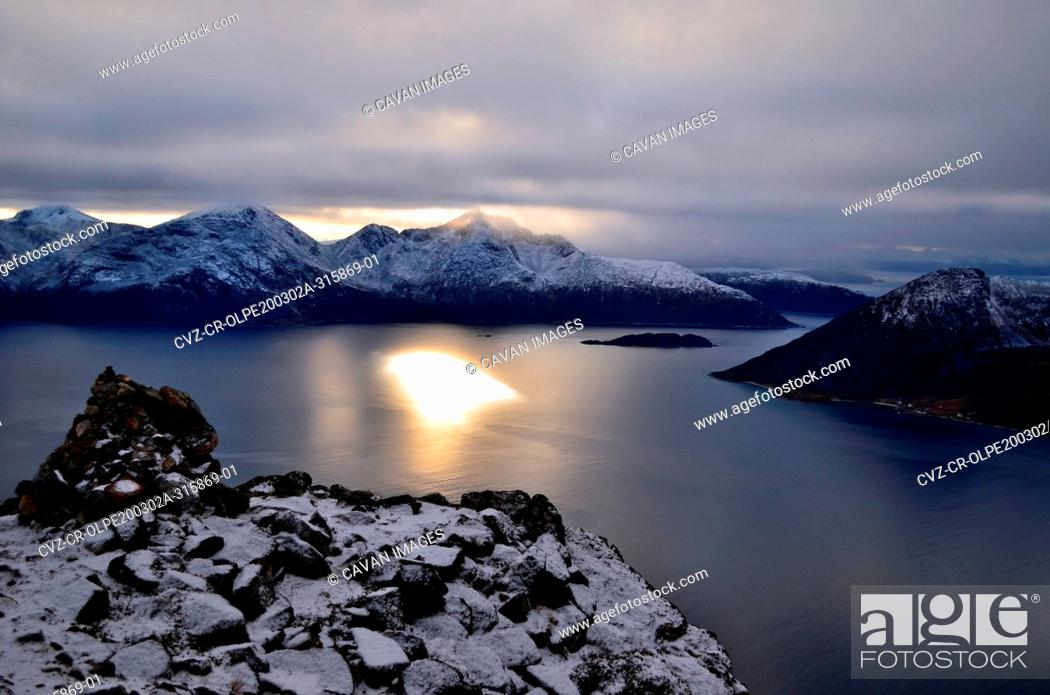 Photo de stock: Marvelous sunset from the top of the mountain, there is no sun in the sky only its reflection in the water.