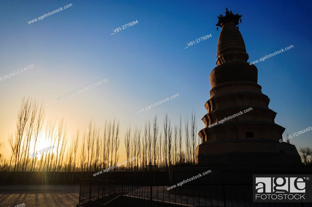Imagen: White Horse Pagoda 12 meters stuppa built in 384 at Dunhuang, Gansu province, Northwest China, Asia.