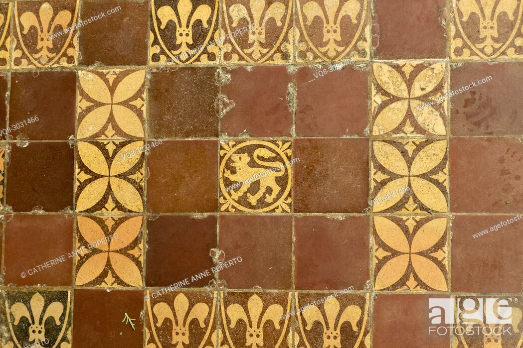 Imagen: Medieval terracotta tiles showing repeating geometric patterns and fleur de lis and lions passant heraldic motifs in Hereford Cathedral, Hereford, England.