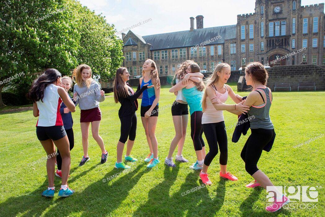 Imagen: Group of students taking break in field.