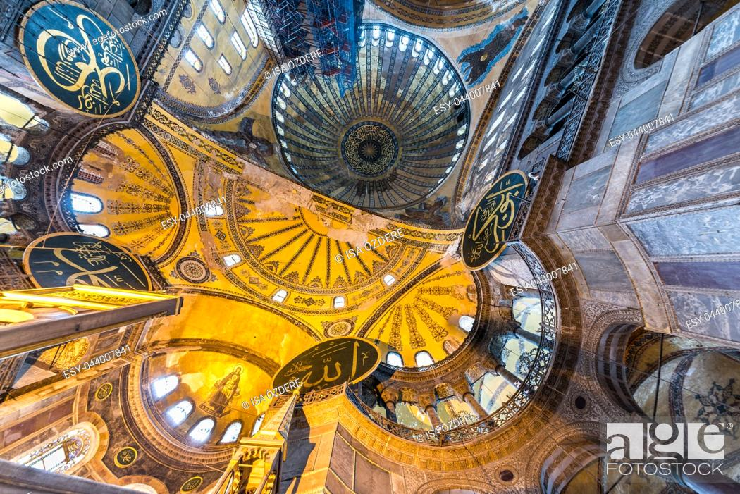 Imagen: ISTANBUL, TURKEY- MARCH 11, 2017: Interior of Hagia Sophia,a Greek Orthodox Christian patriarchal basilica (church),built in 537 AD, later an imperial mosque.