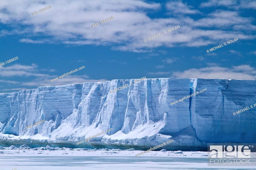 Imagen: Huge tabular icebergs and smaller ice floes in the Weddell Sea, on the eastern side of the Antarctic Peninsula  MORE INFO The Weddell Sea is often blocked to.