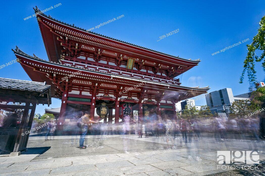 Photo de stock: Tourists move through the Hozomon Gate of the Sensoji Complex, Hanakawado, Tokyo To, Japan.