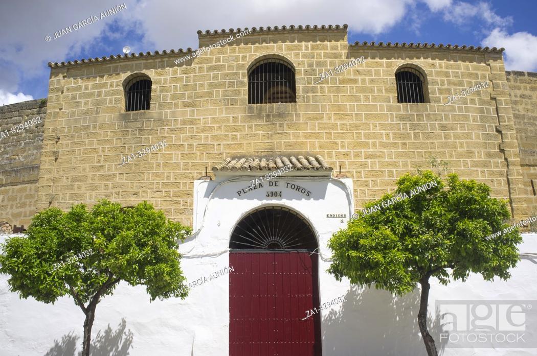 Imagen: Osuna historic bullring. Main entrance. Seville, Spain.