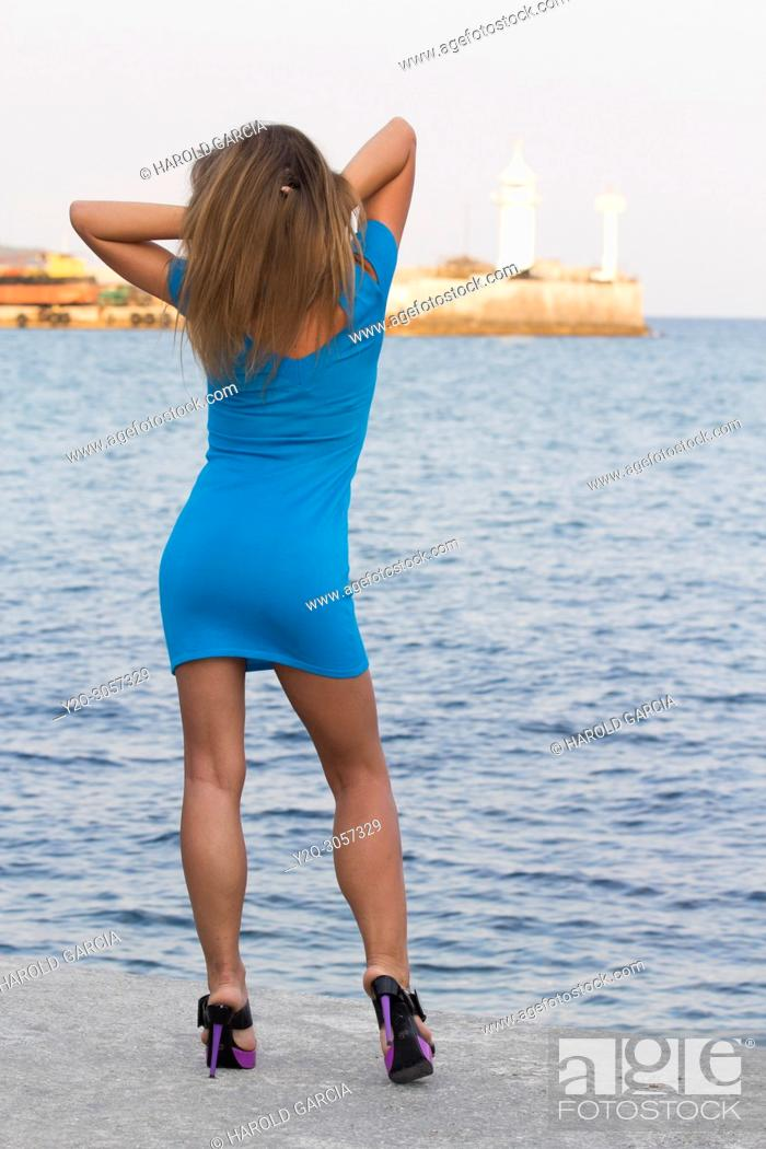 Imagen: Beautiful, attractive Ukrainian woman wearing a blue dress posing near the black sea for a photographic sequence in Yalta, Crimea.