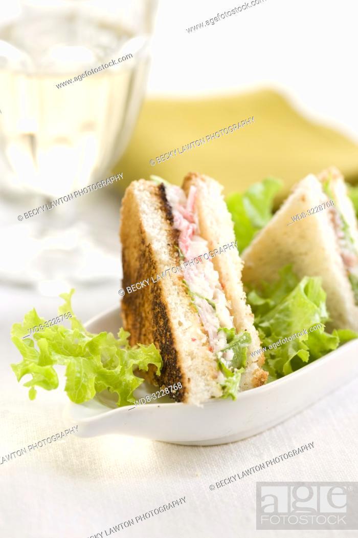 Photo de stock: Mini de chatka, ensalada, jamon y mayonesa.